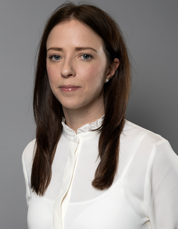 Porträttfotografi på jämställdhetsminister Åsa Lindhagen (miljöpartiet) i vit blus.