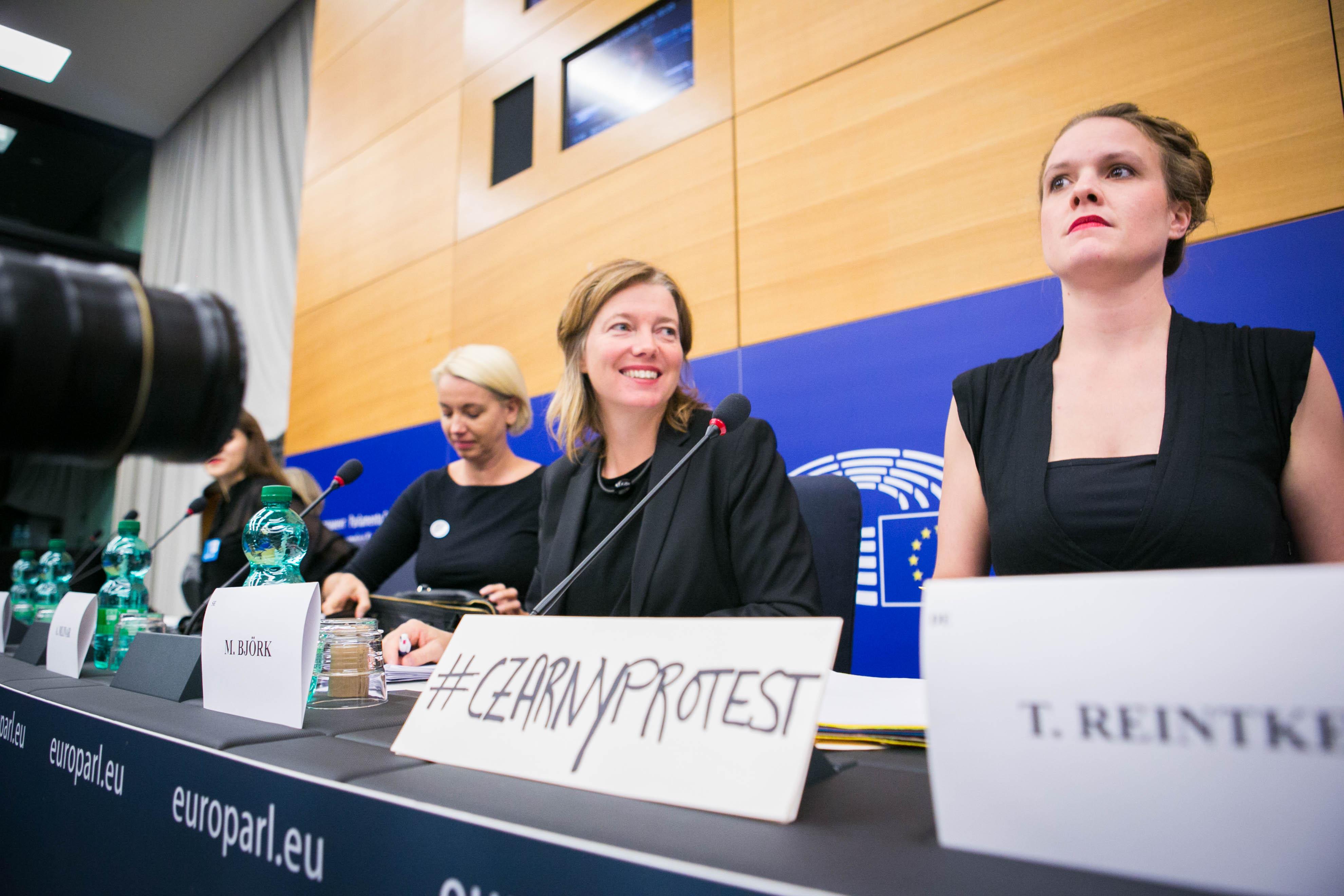 Malin Björk med kollegor under diskussionen om polska kvinnors rättigheter i Europaparlamentet den 5 oktober.