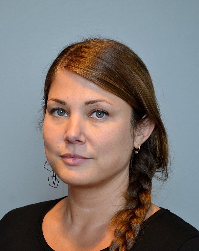Porträtt av Olivia Novotny-Bill, som har svart tröja och håret i en fläta.