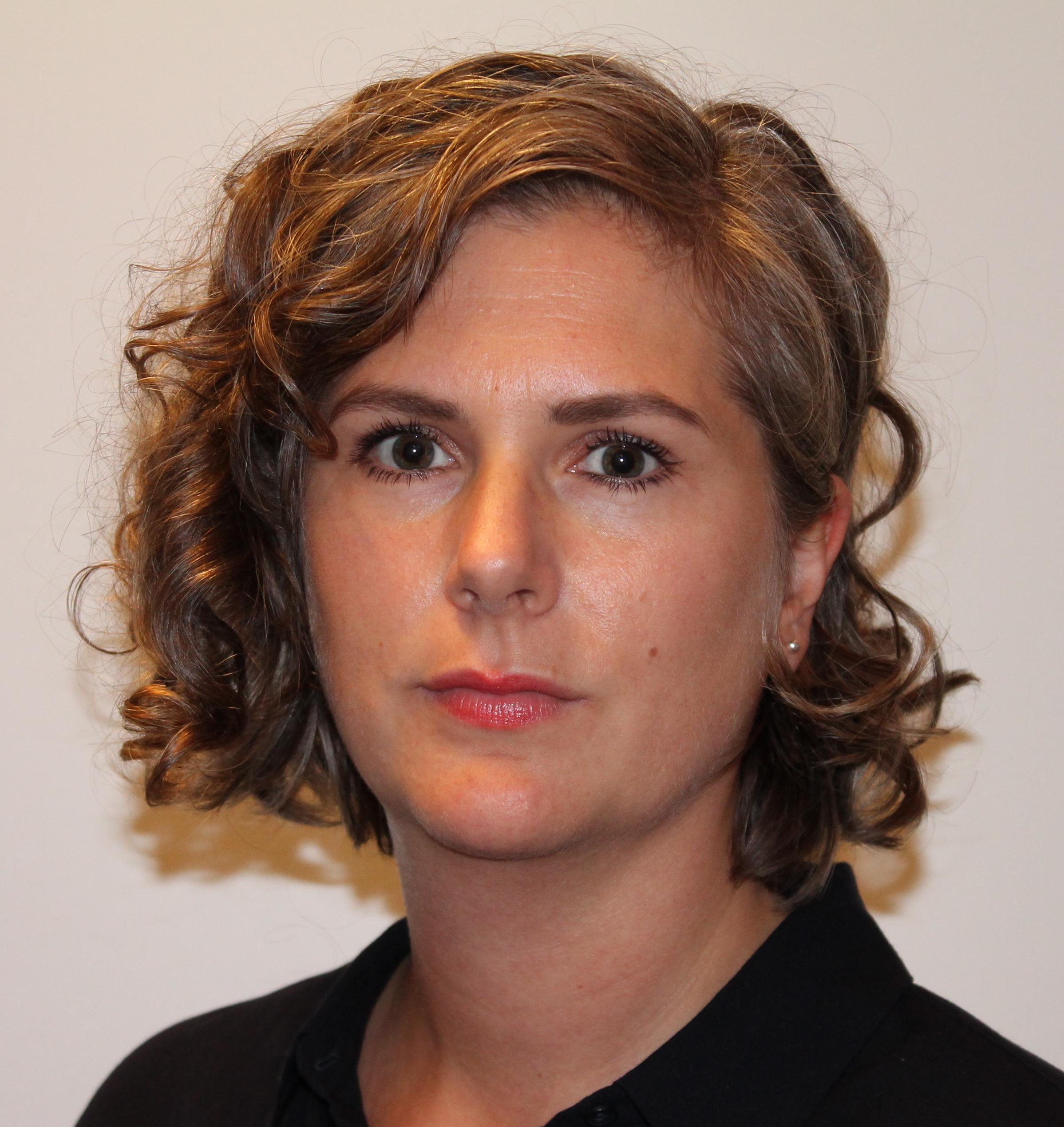 Porträtt på Sara Bäckström, jurist och sakkunnig, Nationella kompetensteamet mot hedersrelaterat våld och förtryck.