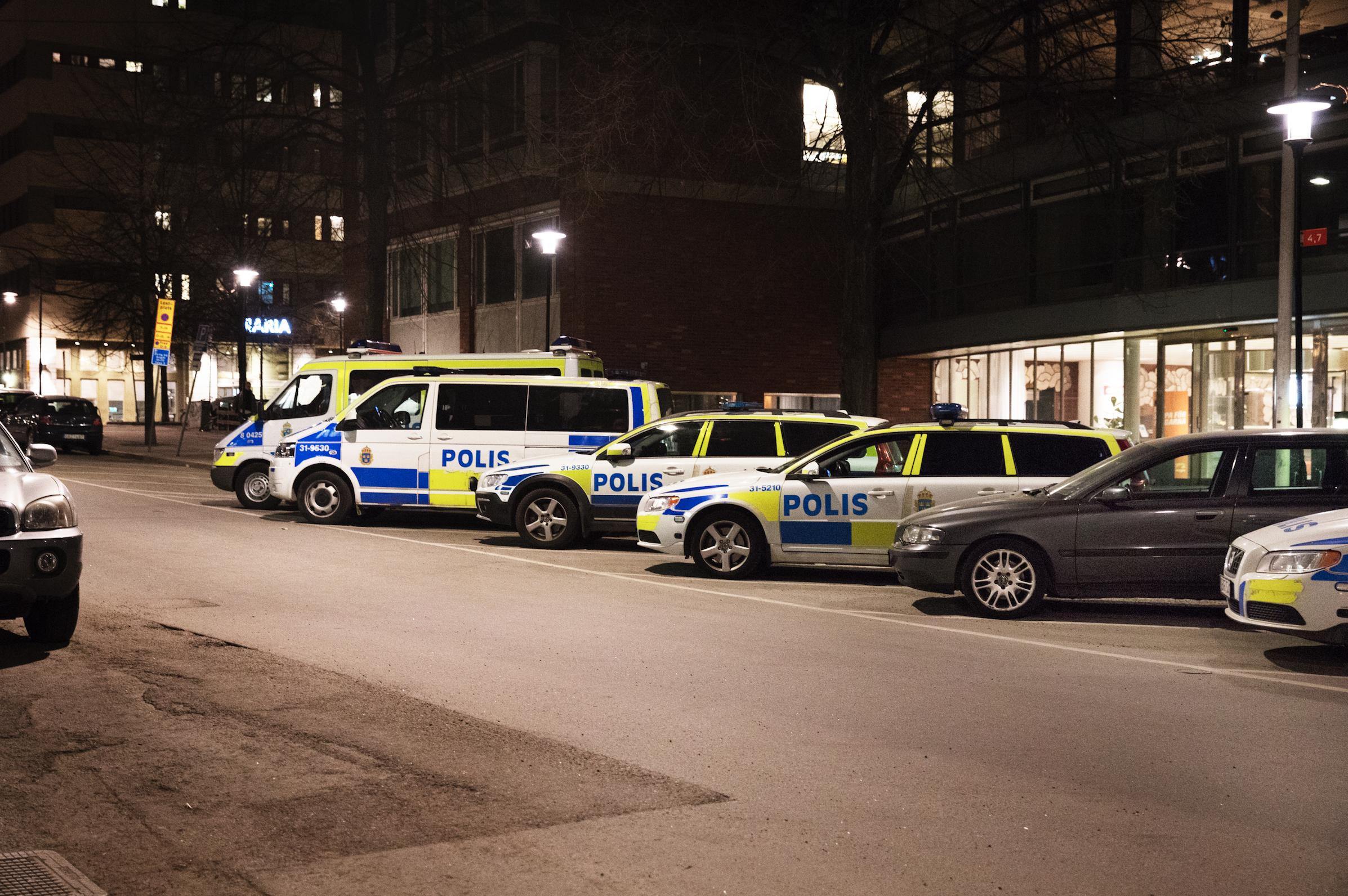 Polisbilar parkerade utanför Södermalms polisstation i Stockholm.