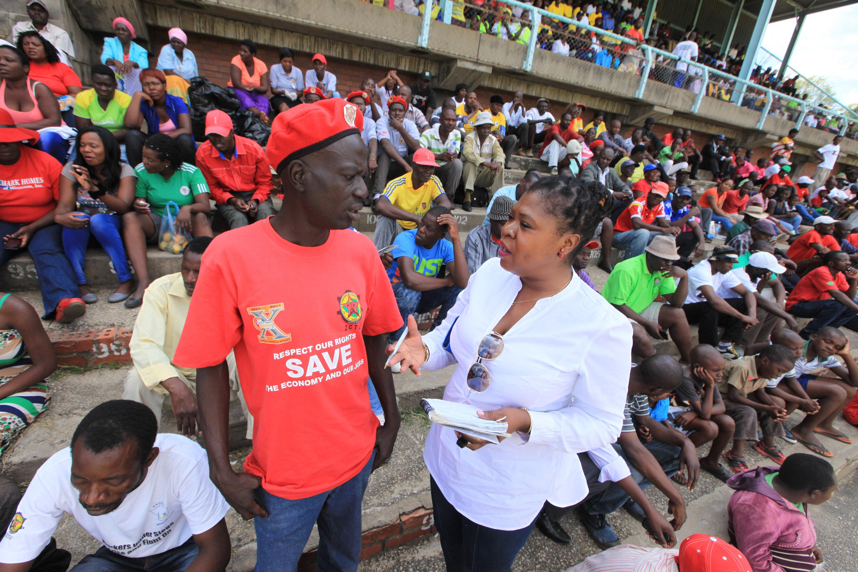 Thelma Chikwanha intervjuar arbetare för tidningen Daily News på Gwanzura stadium i Harare 1 maj 2016.