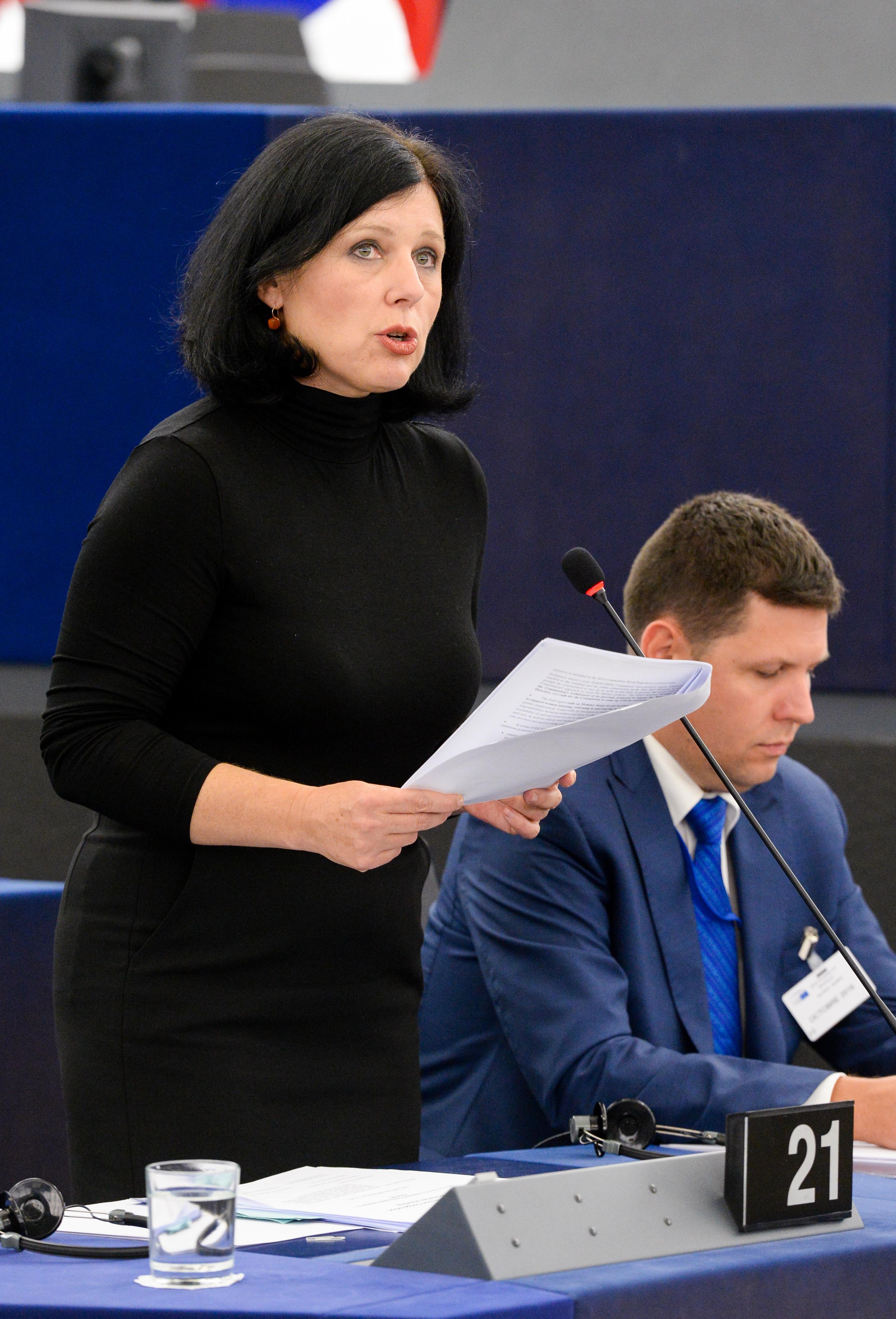 EU-kommisionär Vera Juorova solidariskt klädd i svart i Europaparlamentet.