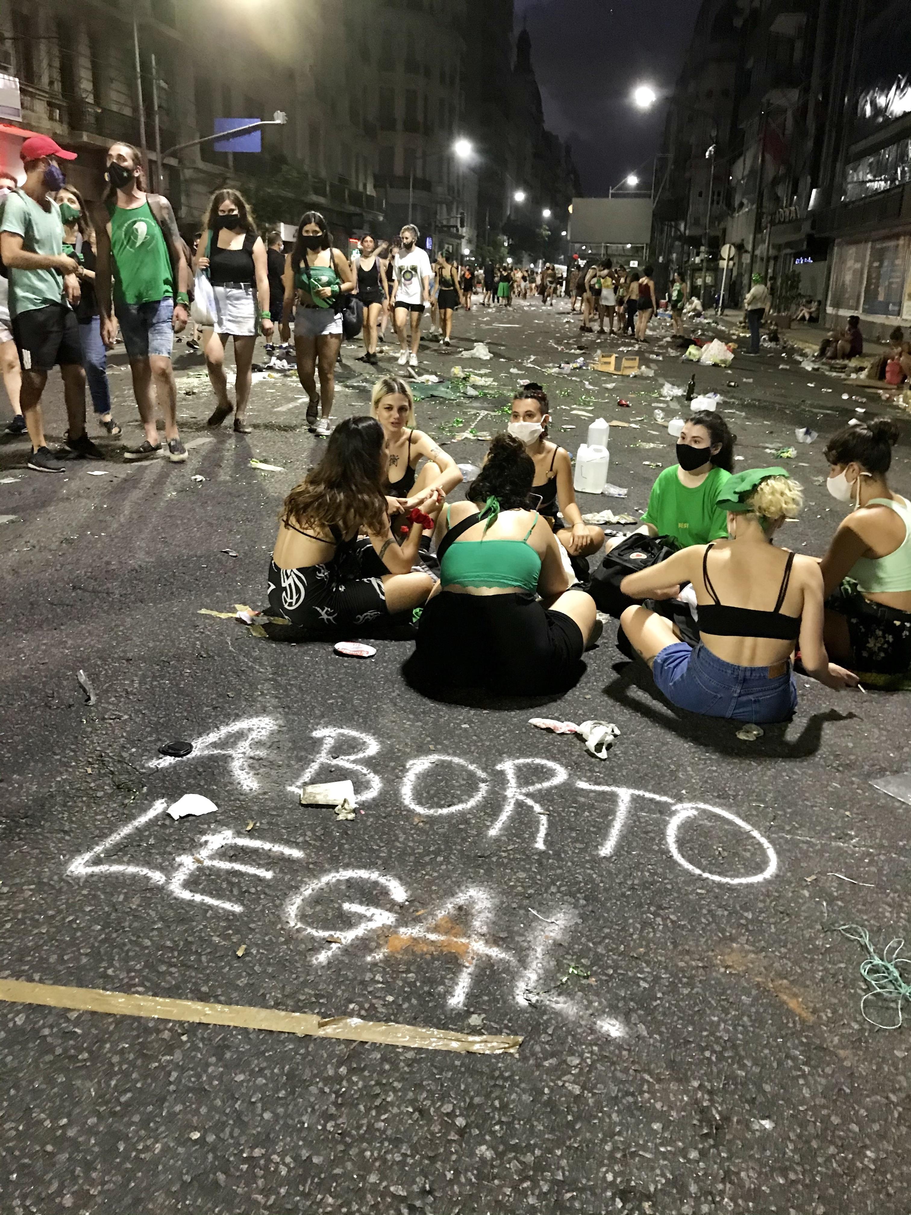 Aborträttsförespråkare vilandes på marken. Texten