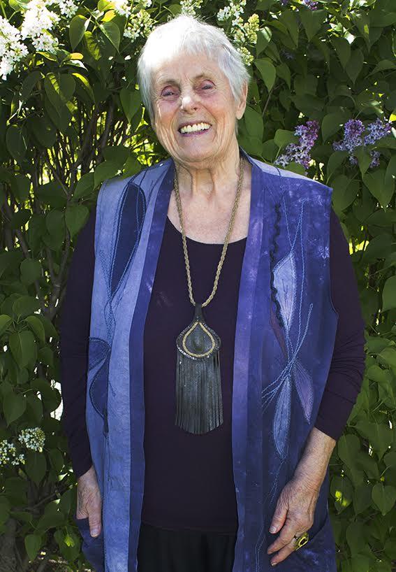 Elsie skrattar stort vid minnet av samtalet med prästen, till synes utan någon bitterhet. Bild: Carolina Hemlin
