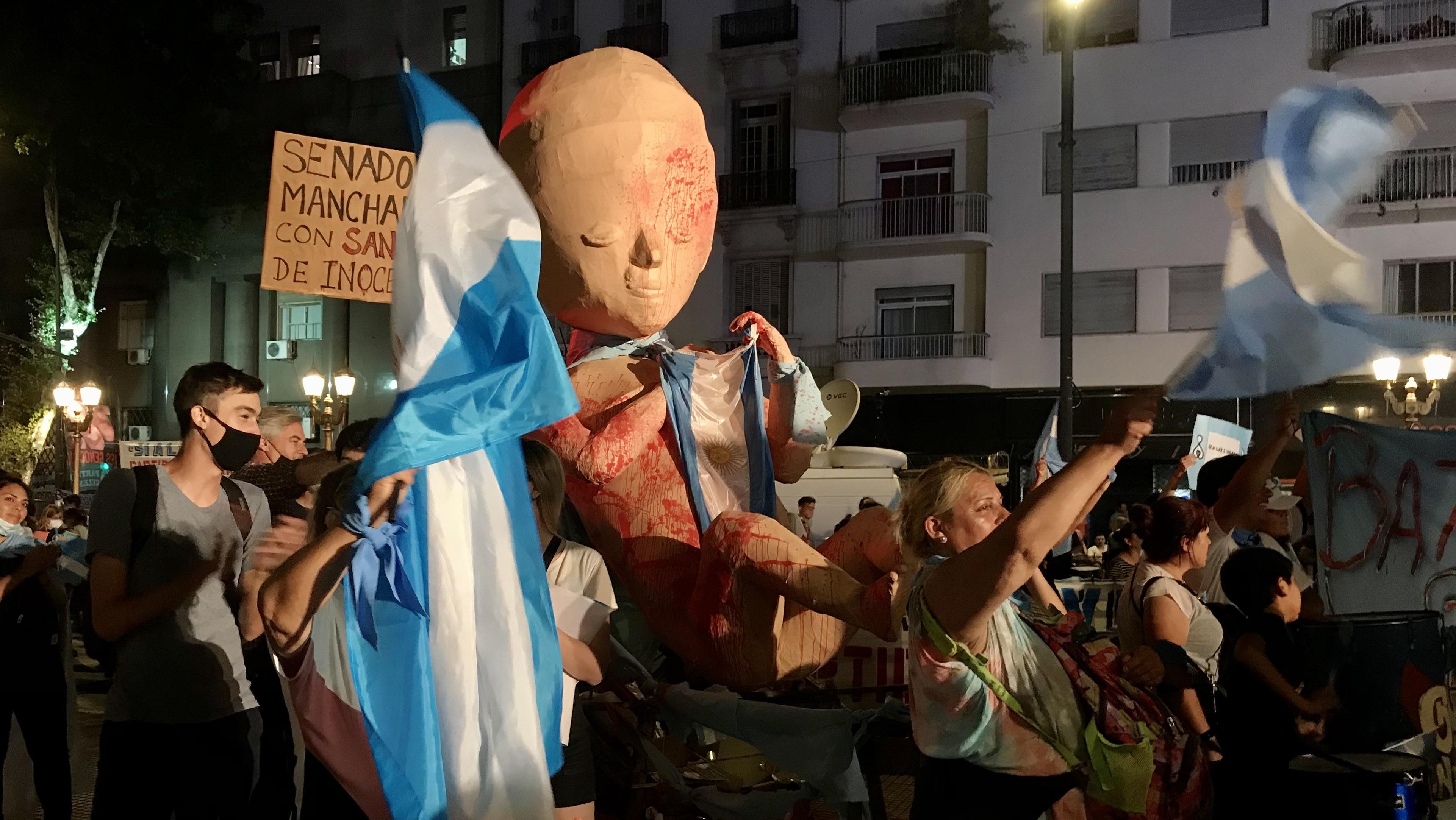 Abortmotståndare i Argentina, demonstrerande med fosterfigur.