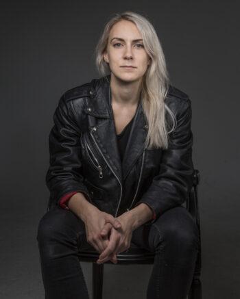 Sofia Södergård sitter på en stol