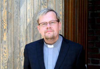 Porträttbild av Lars Gårdfeldt i prästklädsel